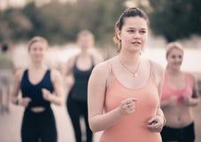 Женщины jogging во время внешней разминки Стоковая Фотография RF