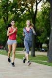 2 женщины jogging в парке Стоковое фото RF