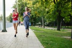 2 женщины jogging в парке Стоковые Фото