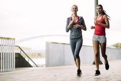 2 женщины jogging в парке Стоковые Фотографии RF