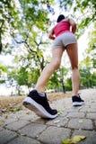 Женщины jogging в парке Стоковая Фотография