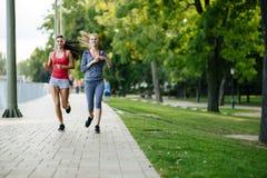 2 женщины jogging в парке Стоковое Фото
