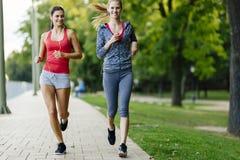2 женщины jogging в парке Стоковое Изображение RF