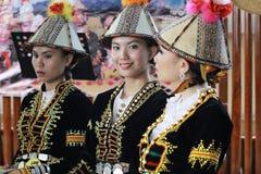Женщины Kadazandusun этнические в традиционных костюмах Стоковые Фотографии RF