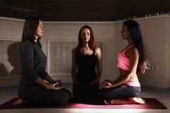 3 женщины meditating Стоковые Фото