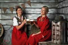 Женщины Oktoberfest с пивом Стоковые Фотографии RF