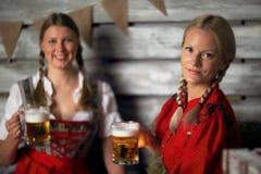 Женщины Oktoberfest с пивом Стоковое Изображение