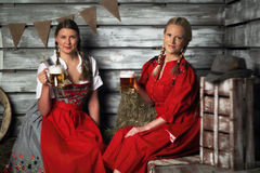 Женщины Oktoberfest с пивом Стоковые Изображения RF