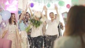 Женщины oof группы молодые привлекательные счастливые excited поздравляют праздновать вечеринку по случаю дня рождения в професси сток-видео