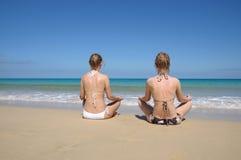 женщины oung пляжа meditating тропические Стоковое Изображение RF