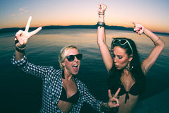 2 женщины partying на пляже Стоковое Изображение RF