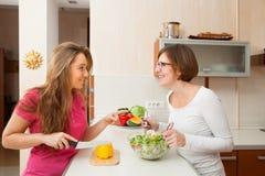 2 женщины perparing обед Стоковые Фото