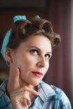 Женщины Pinup одетые взглядом думают о что-то что она забыла Стоковое Изображение