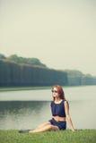 Женщины Redhead приближают к озеру Стоковые Изображения