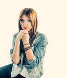 женщины 20s в съемке джинсов беспристрастной стоковая фотография