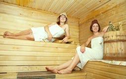 женщины sauna девушки стенда Стоковые Фотографии RF