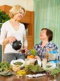 2 женщины seniore с травами Стоковые Фото