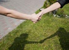 женщины shake руки Стоковые Изображения