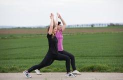 2 женщины stetching outdoors Стоковые Фото
