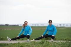 2 женщины stetching outdoors Стоковое Фото