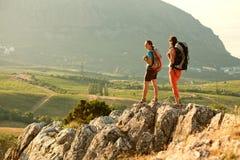 2 женщины trekking в горах Крыма Стоковые Фото