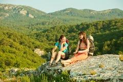 2 женщины trekking в горах Крыма Стоковое Изображение
