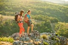 2 женщины trekking в горах Крыма Стоковые Фотографии RF