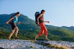 2 женщины trekking Стоковая Фотография