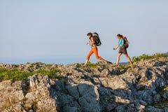 2 женщины trekking Стоковые Фотографии RF