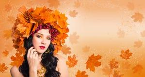 Женщин-падение Красивая женщина в венке листьев осени и gueld стоковые фото