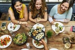 Женщин связи обедающего концепция совместно Стоковая Фотография