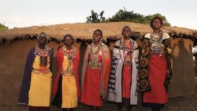 5 женщин Maasai поя в деревне около Mara видеоматериал