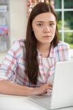 Жертва девочка-подростка онлайн задирать с компьтер-книжкой Стоковые Изображения RF