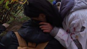 Жертва жестокого женского вампира сдерживая свирепо, выпивающ кровь от шеи персоны видеоматериал