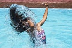 Жестикулируйте замораживание на девушке брызгая морскую воду с ее волосами стоковое фото rf