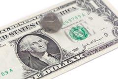 Жестикулируйте закручивая монетку Китая на одном счете, китайце и США доллара США Стоковое Изображение RF
