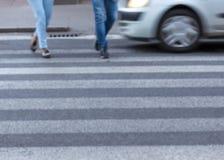 Жестикулируйте запачканную сцену ног пешеходов пересекая улицу Стоковое Фото
