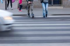 Жестикулируйте запачканную сцену пешеходов пересекая улицу Стоковое Изображение RF