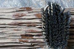Жесткая щетка на деревянном Стоковые Фотографии RF
