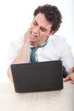 Жесткость, боль в спине и боль шеи потому что дополнительное время на работе Стоковые Изображения