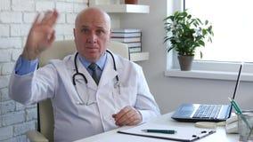 Жесты рукой доктора Представления Making Восторженн Здравствуйте от офиса больницы видеоматериал