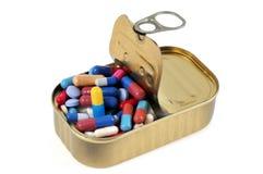 Жестяная коробка заполненная с медицинами стоковое фото rf