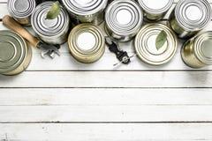 Жестяные коробки с едой и консервооткрывателем Стоковая Фотография