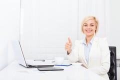 Жест большого пальца руки бизнес-леди поднимающий вверх, дело улыбки Стоковое Фото
