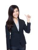 Жест большого пальца руки коммерсантки Азии поднимающий вверх Стоковые Фото