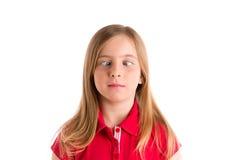 Жест выражения белокурой девушки пересеченных глаз смешной Стоковое фото RF