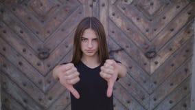 Жест неутверждения с пальцем: отсутствие знака, запирательства, свободного, больших пальцев руки вниз видеоматериал