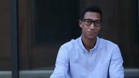 Жест приглашения, предлагая соединить, молодой черный красивый человек сток-видео