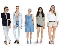Жест разнообразия установленный женщинами стоя совместно изолированная студия стоковая фотография