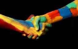 Жест руки тряся масла покрасил концепцию разнообразия рук Стоковое Изображение